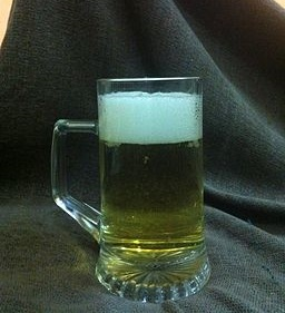 A_glass_filled_with_beer