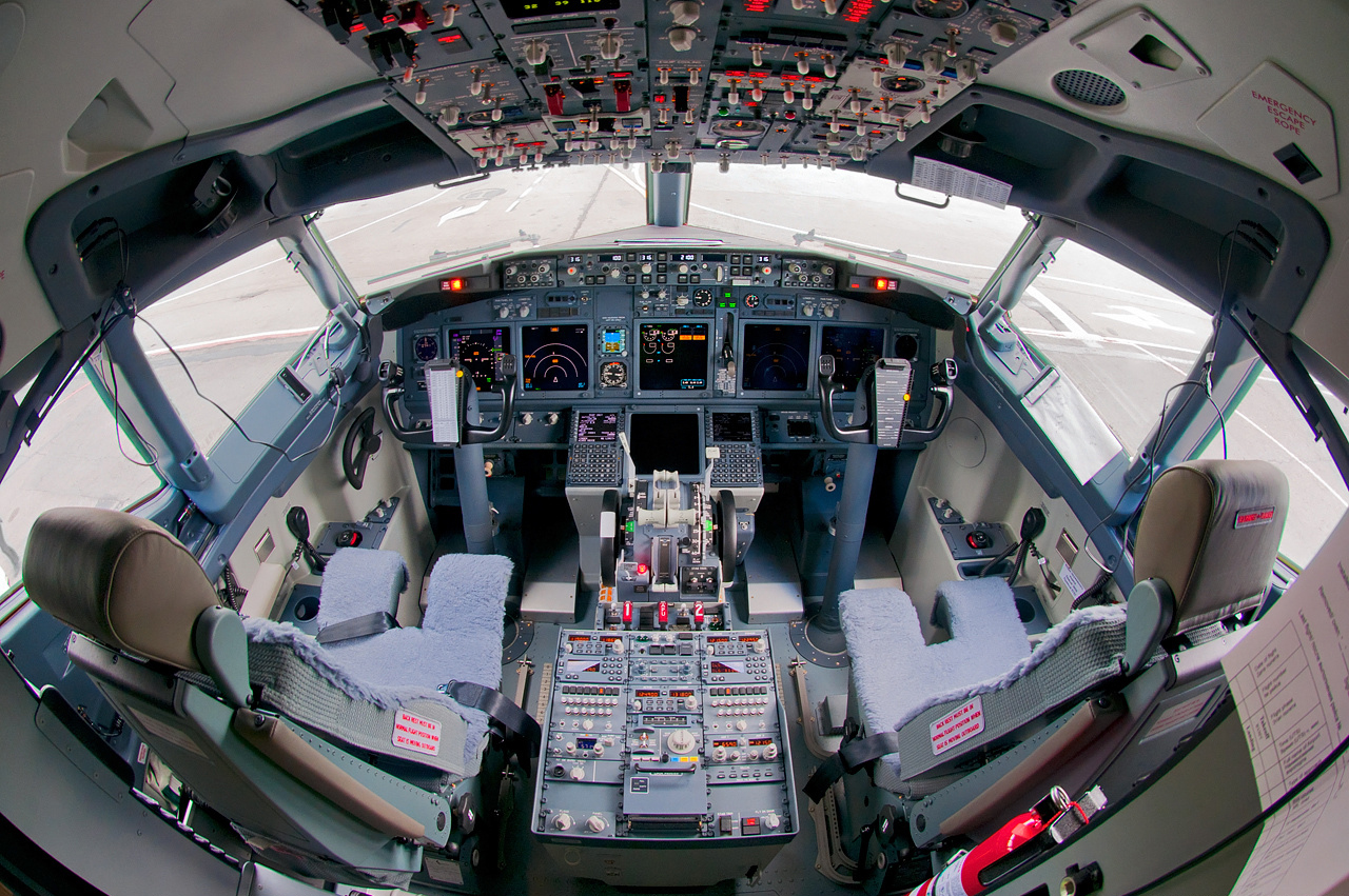 S7_Airlines_Boeing_737-800_flight_deck_Beltyukov